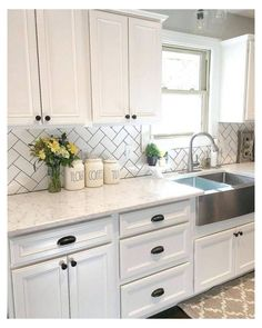 White Cabinets White Countertops, White Kitchen Backsplash, Kitchen Cabinets Decor, Farmhouse Kitchen Cabinets, Modern Farmhouse Kitchens, Kitchen Redo, Home Decor Kitchen, New Kitchen, Home Kitchens