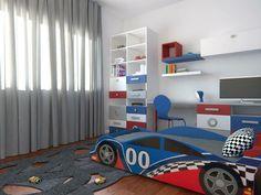 Quarto Niki Lauda - Decoração de quarto infantil com temática Fórmula 1 em moradia com 400m2. De realçar o tapete em forma da pista de carros que funciona também como elemento lúdico do espaço. #decor #arquitetura #baobart #design #atelier #quartorapaz #decoracao