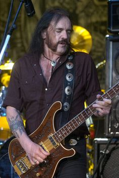 Ian 'Lemmy' Kilmister, zanger en oprichter van hardrockband Motörhead is op 70-jarige leeftijd overleden aan de gevolgen van kanker. Dat bevestigt de band…