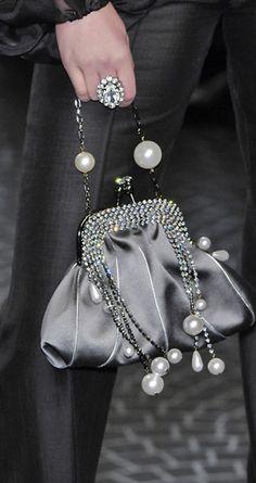 Mariella Burani❇❇❇ Nos presenta junto a sus colecciones este bello bolsito de fiesta con boquilla en tono gris plata que sacará el Glamour a cualquier Otfit para esa velada especial ❤❤❤❤