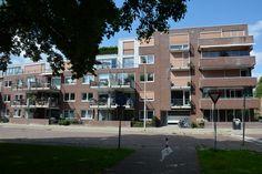 Makelaardij Van Brussel Tolstraat 126 Een royaal 3-kamerappartement met een eigen parkeerplaats en een berging in het souterrain, gelegen op de 2e verdieping van een luxe appartementencomplex nabij het centrum.   De nette afwerking, de moderne keuken, de zeer ruime woonkamer en het zonnige balkon zijn bijzondere kenmerken van dit unieke object.  Gesitueerd op een loop-/fietsafstand van het centrum en het N.S.-station; uitvalswegen naar de N11 zijn in de directe omgeving.