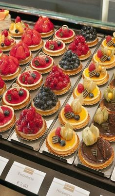 Konditorei – tasty little tarts… Delicious! Confectionery – tasty little tarts … Fancy Desserts, Sweet Desserts, Sweet Recipes, Cake Recipes, Dessert Recipes, Mini Cakes, Cupcake Cakes, Patisserie Fine, French Patisserie