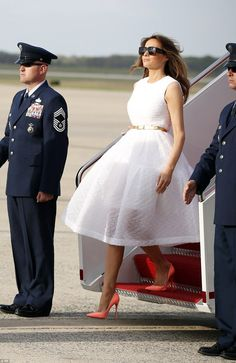 Melania Trump may be known as a woman of few words, but fashion psychologist Dawnn Karen believes that she is giving away several clues through her personal style - Royal Fashion, Look Fashion, Womens Fashion, Fashion Trends, Classy Outfits, Chic Outfits, Milania Trump Style, Beautiful Dresses, Nice Dresses