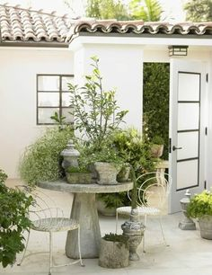 The front door of this oceanfront Los Angeles house opens to a surprising open-air courtyard. Designer Chris Barrett clustered plants in antique pots on a concrete table to create a small garden. Small Gardens, Outdoor Gardens, Spring Garden, Home And Garden, Garden Kids, Beautiful Gardens, Beautiful Homes, House Beautiful, Beautiful Gorgeous