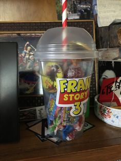 Vaso regalo con golosinas, todo para el candy Toy Story Theme, Toy Story Birthday, Toy Story Party, First Birthday Parties, First Birthdays, Festa Toy Store, Cumple Toy Story, Halloween Toys, 90s Party