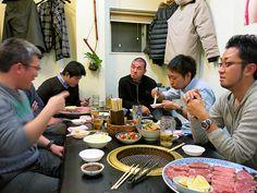 2012年12月21日(金) 昨日は神戸からのお客様。神戸質屋共栄会の若手グループ6人が加古川で忘年会をするというので顔を出しました。お目当ては「味楽 加古川駅前店」さんの焼肉とお鍋。まぁ~凄い食欲!雑炊まで綺麗に食べて、ご一行様は深夜のボーリング大会が恒例行事とラウンドワンさんへ旅立っていきました。どんだけ元気やねん!(僕も一応、若手に入るんだけど...もう付いていかれへん...汗    それでは、今日も皆様にとって良い1日になりますように(^^  http://www.pawn-fujii.jp/