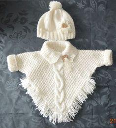 "poncho met mouwtjes en ingebreide kabel muts met bloem en lintje [ ""Wonder if I can write up a pattern for this poncho?"", ""poncho with sleeves! Baby Knitting Patterns, Knitting Baby Girl, Knitting For Kids, Baby Patterns, Free Knitting, Poncho Patterns, Knitting Ideas, Crochet Poncho, Crochet Baby"