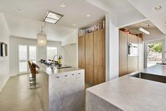 L-vormige keuken met hout en beton