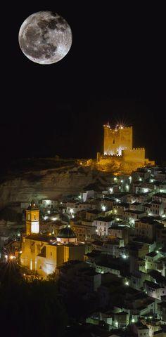 """CASTLES OF SPAIN - El castillo de Alcalá del Júcar, Albacete, es de origen almohade del siglo XII. Cuando Alfonso VIII conquista la zona, hacia el año 1213, el castillo pasa a manos cristianas y posteriormente al Señorío de Villena. ( Del castillo existe una leyenda popular, de una princesa """"Zulema"""", que mantenía un amor prohibido con un caballero cristiano, y de la venganza del padre de la princesa, el moro Garadén, feroz señor del castillo)."""