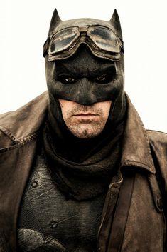 Zack Snyder has shared a new image of him in costume in the fan-favorite outfit on Vero. Batman Vs Superman, I Am Batman, Batman Comics, Ben Affleck Batman, Marvel E Dc, Marvel Films, Matt Damon, Matt Bomer, Gal Gadot