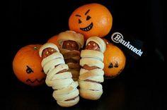 Dieses Wochenende feiern wir Halloween, Zeit um was kreatives auf den Tisch zu zaubern: Diese armen Würstchen sind auch im Nu zubereitet. Wienerli halbieren, Kuchenteig auswallen, in Streifen schneiden, um die Würstchen wickeln und im Ofen ausbacken. Wenn die Würstchen ausgekühlt sind, diese mit Senf-Augen versehen und ab aufs Büffet damit. Happy Halloween allerseits! Bowser, Happy Halloween, Character, Cake Batter, Mustard, Stripes, Eyes, Table, Creative