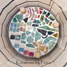 einen Blick in meinen Brennofen ;-))  bunte Fliesenstücke für mein Mosaik in meiner Werkstatt kreativesbypetra #Keramik #ceramik #brennofen #Glasur #glasurbrand #glaze #ton #töpfern #töpferei #plattentechnik #herzen #fliesen #botz Teller, Petra, Mandalas, Mosaics, Work Shop Garage, Tile, Clay, Schmuck