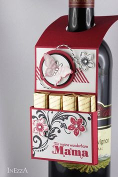 Flaschenanhänger Muttertag von INEZZA  -  Geschenkestübchen auf DaWanda.com Wrapped Wine Bottles, Wine Bottle Tags, Wine Tags, Xmas Cards, Diy Cards, Scrapbooking 3d, Craft Presents, Craft Box, Pretty Cards