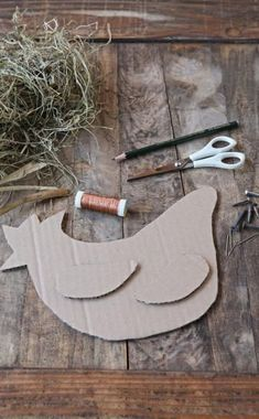 Dekorative Tierfiguren aus Heu Draw the outline of the carcass and the wings on the box and … Chicken Crafts, Chicken Art, Farm Crafts, Easter Crafts, Crafts To Make, Crafts For Kids, Diy Ostern, Deco Floral, Origami Design