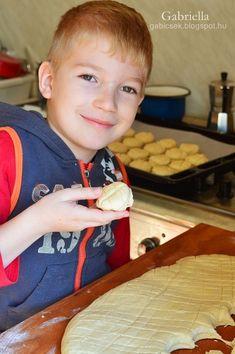 Gabriella kalandjai a konyhában :): Réteges joghurtos-sajtos pogácsa Gift Ideas, Sweet Bread, Bakken