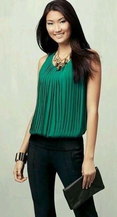 El plisado de la blusa le otorga un estilo elegante