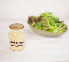 Molho cremoso para salada | Receita Panelinha: De textura cremosa e sabor marcante, este molho é inspirado no clássico italiano vitello tonnato e transforma uma simples salada de folhas verdes numa entrada rica e saborosa.