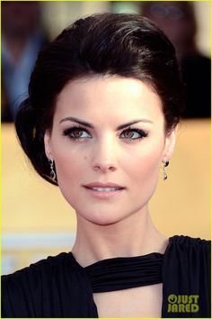 Actress Jaimie Alexander wowed us with her dramatic smokey eye and side chignon (with mega volume) on the Jaimie Alexander, Jessica De Gouw, Wedding Updo, Wedding Hairstyles, Cool Hairstyles, Celebrity Hairstyles, Wedding Makeup, Beauty Makeup, Hair Makeup