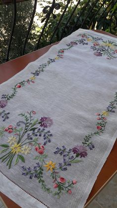 Hand Embroidery Videos, Hand Embroidery Tutorial, Hand Work Embroidery, Embroidery Flowers Pattern, Simple Embroidery, Hand Embroidery Stitches, Silk Ribbon Embroidery, Hand Embroidery Designs, Embroidery Techniques