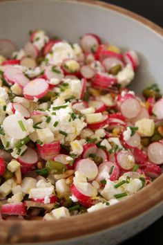Radish salad For 2 1 bunch of radishes 1 chavignol crottin of contemporary goat cheese 1 bunch of finely chopped chives The zest of a finely chopped yellow lemon 1 handful of pine nuts 1 handful of pistachios Seasoning: olive oil + lemon juice Radish Salad, Salty Foods, Cooking Recipes, Healthy Recipes, Food Inspiration, Love Food, Salad Recipes, Entrees, Food Porn