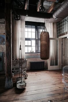 Bachelor Pad Loft Tour – Leather boxing bag PASSPORT: Bachelor Pad Russian Loft Tour – Home Tree Atlas Source by hometreeatlas Industrial Interior Design, Industrial Apartment, Industrial Bedroom, Industrial House, Industrial Interiors, Vintage Industrial, Industrial Windows, Industrial Restaurant, Kitchen Industrial