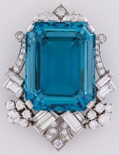 AN EXTREMELY FINE LADIES ART DECO AQUAMARINE, DIAMOND AND WHITE GOLD BROOCH.