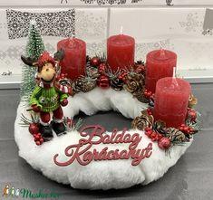 Síelés mesterfokon, szőrmés adventi koszorú - dekoráció (AKezmuvescsodak) - Meska.hu Winter Christmas, Christmas Wreaths, Christmas Crafts, Christmas Decorations, Holiday Decor, Garland Hanger, Advent, Christmas, Christmas Decor