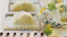 Schön cremig: Ravioli mit Kräuterfrischkäse gefüllt | http://eatsmarter.de/rezepte/ravioli-mit-kraeuterfrischkaese-gefuellt