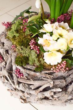 DIY Frühlingsdeko selber machen Frühjahrsdeko für Tisch. Dekoidee mit Korb Christrosen Hyazinthen Primeln Moos und natürlicher Deko