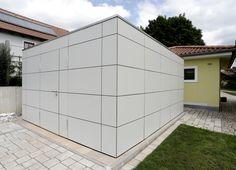 Gartenhaus und Geraetehaus im modernen Design in Form eines Kubus verkleidet mit Fassadentafeln aus HPL