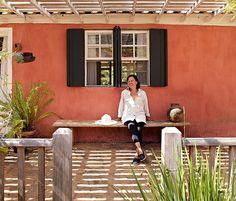 A casa em Tiradentes tem por fora o estilo mineiro, com paredes caiadas. Ela foi reformada pela arquiteta Ivana Marcondes Rodrigues, que sempre sonhou em morar em uma fazenda