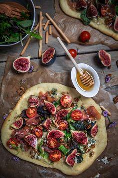 Je vous donne la recette de la pizza jambon de parme et figues avant que les figues ne disparaissent (bien trop vite), j'espère qu'elle vous plaira!