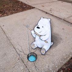 """Polubienia: 15.1 tys., komentarze: 205 – David Zinn (@davidzinn) na Instagramie: """"Not everyone's sorry that the winter heat wave is over. #streetart #sidewalkchalk #anamorphic #ice…"""""""