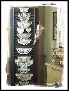 Old shutter displaying vintage doilies - SO CLEVER! Great way to use doilies we no longer use! or antique hankerchiefs Vintage Display, Antique Booth Displays, Antique Booth Ideas, Doilies Crafts, Lace Doilies, Crochet Doilies, Doily Art, Craft Show Displays, Display Ideas