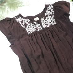 """EMBROIDERED 💞 BABY DOLL DRESS This is beautiful. .brown with white embroidery on top, bottom and back....so pretty!! Bust is : 23"""" laying flat----length is : 33"""" -----Free 🎁gift with purchase ...don't know designer it has a pink square with a red heart in middle. boutique  Dresses"""