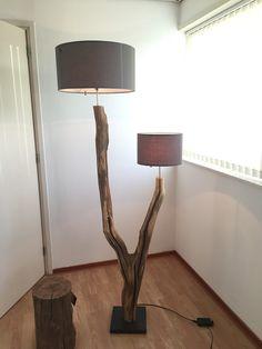 Vloerlamp van verweerd oud Eikenhouten.