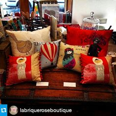 Nos coussins chez @labriqueroseboutique #Repost @labriqueroseboutique ・・・ #labriquerose#boutique #fontenaysousbois #lespetiteskasko #lespetiteskaskodeco  #coussinlespetiteskasko #coussins  #cushions #kidsdeco #decoenfants #decovoyage #red