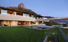 Una villa incredibile a Cape Town Lo studio di design Saota ha realizzato una villa in stile cubista fatta di vetro, legno e pietra completamente immersa nella natura circostante. La villa, oltre che essere dotata di tutti i comfort, #capetown #villa #saota