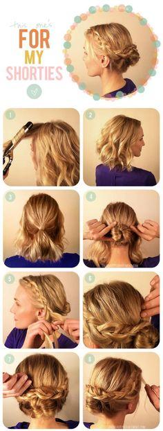 Da volumen al pelo por mechones con el rizador. haz una coleta baja dejando suelto el pelo a los dos lados, lo suficiente para hacer una trenza. Enrolla la coleta en un moñito. Haz las dos trenzas laterales y llevalas hacia el moño, sujetandolas por encima de este con horquillas. Aqui esta un peinado facil, practico y listo para sacarte de algun apuro