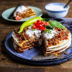 Yaglama- Turkisk smörgåstårta med kryddig färs (vegofärs funkar alldeles utmärkt) och en fräsch yoghurtsås. SÅ GOD 😍 och busenkel att göra🙌 Recept hittar du i länken i min profil➡️ @zeinaskitchen Zeina, Middle Eastern Recipes, Naan, Lasagna, Delish, Main Dishes, Vegetarian Recipes, Sandwiches, Dinner Recipes
