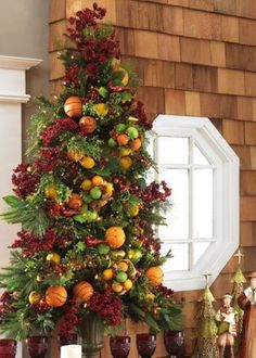 Love this tree-- decorated with orange pomanders and other fruits.  So beautiful!