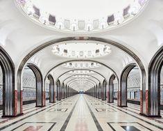 国はロシア。荘厳華麗な装飾が施された建築物は、まるで貴族の住まう宮殿のようだ。しかし、それは地下鉄の駅舎だ。写真家デイヴィッド・バーデニーは、この国の宮殿と地下鉄駅の間にある類似性を暴き出した。