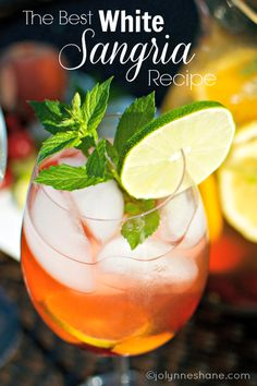 The Best EVER White Sangria Recipe -includes a recipe for a mint simple syrup using fresh mint leaves. Im a fan of the red,but I dont usually make mine this fancy. Best Mojito Recipe Ever, Best White Sangria Recipe, White Wine Sangria, Berry Sangria, White Wines, Fun Cocktails, Summer Drinks, Fun Drinks, Mixed Drinks