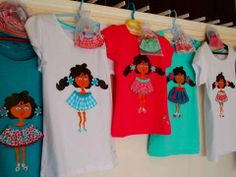 preciosas camisetas interactivas de muñeca marquita (que se le cambian los vestidos, los pompones de los zapatos y los coleteros por otro modelo presentado en una perchita con pinzas) y tu niña y tú.. podréis presumir y sonreir juntaaaas.