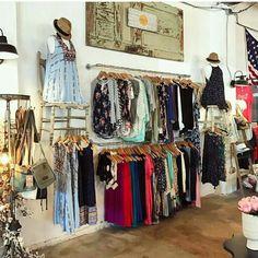 Clothing display shop ideas in 2019 дизайн магазина, магазины одежды, инт. Vintage Clothing Display, Clothing Booth Display, Boho Clothing Stores, Clothing Store Displays, Bohemian Stores, Boutique Decor, Boutique Interior, A Boutique, Boutique Clothing