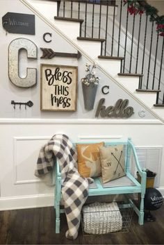 Small entryway ideas for foyer or apartment. Beautiful DIY entryway decor and f. Small entryway ideas for foyer or apartment. Beautiful DIY entryway decor and foyer decorating ideas. Easy Home Decor, Rustic House, Staircase Decor, Small Entryways, Foyer Decorating, Diy Home Decor, Home Diy, Diy Entryway, Home Decor
