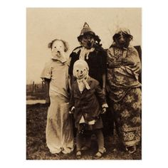 25 Creepy Vintage Halloween Costumes that Will Give You Nightmares Clown Photos, Scary Photos, Creepy Images, Creepy Pictures, Coastumes Halloween Effrayants, Crazy Halloween Costumes, Ghost Costumes, Halloween Poster, Halloween Makeup