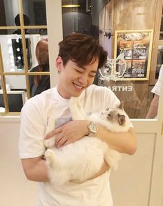 Junho and cats is happiness
