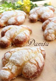 E' da 3 anni che, nel periodo di Pasqua, vado a leggere questa splendida ricetta di Papum, un bravissimo pasticcere che ha messo a dispo... Italian Easter Bread, Italian Cake, Italian Desserts, Mini Desserts, Italian Recipes, Delicious Desserts, Easter Recipes, Holiday Recipes, Bread Cake