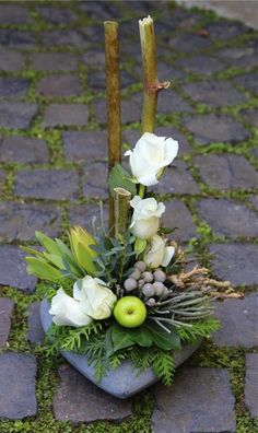 Bloemschikken Rosalie Centerpiece www.tablescapesbydesign.com https://www.facebook.com/pages/Tablescapes-By-Design/129811416695: